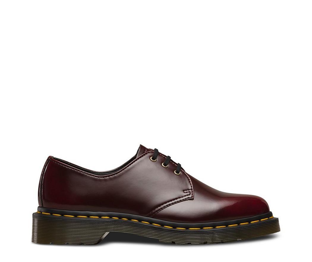 На фото туфли Dr.Martens 1461 Vegan Cherry Red Cambridge Brush